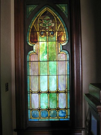Swantown Inn: Beautiful stained glass window