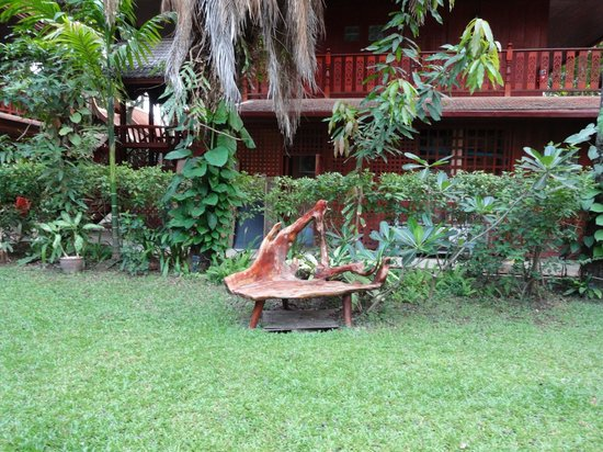 Royal Phawadee Village: Chair on the grounds