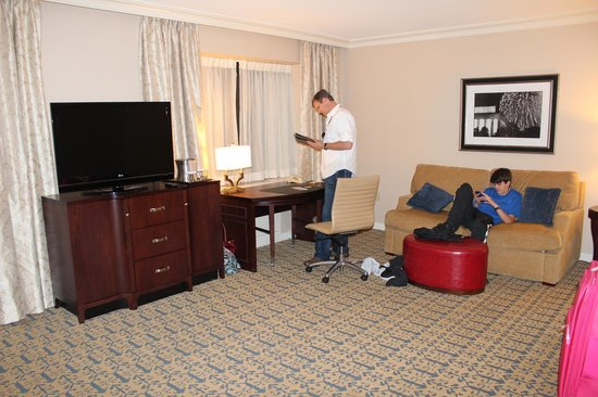Capital Hilton: Spacious room with sitting area.