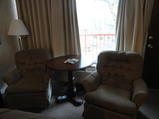 Zoders Inn & Suites: Chairs and table