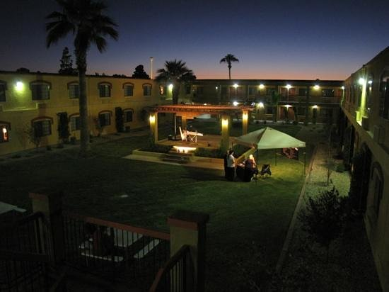 Quality Inn & Suites Goodyear: hotel courtyard at night