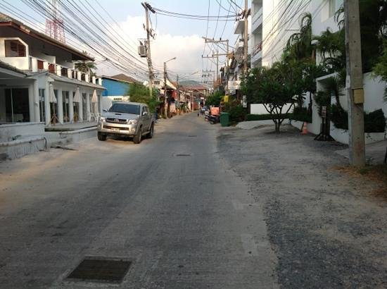 Baan Bophut Beach Hotel: street view towards Fisherman's Village
