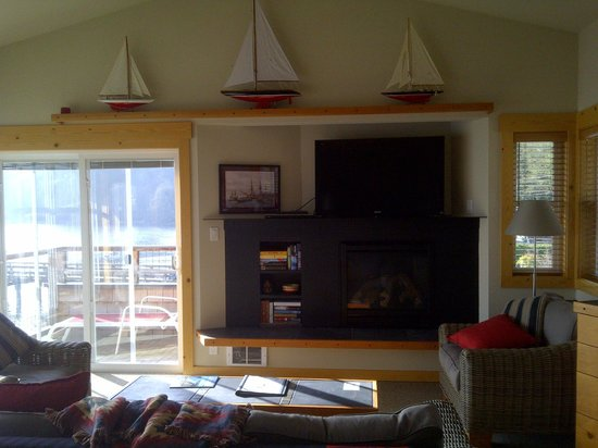 Boatyard Inn: Living room w/ TV