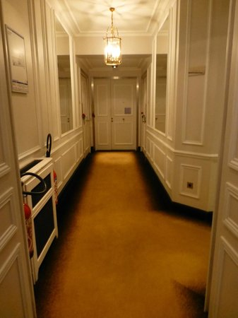 : hallway carpeting appeared dirty and worn