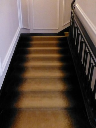 : stairway carpeting appeared dirty