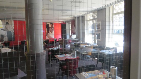 WestCord City Centre Hotel Amsterdam: Looking through door into dining room