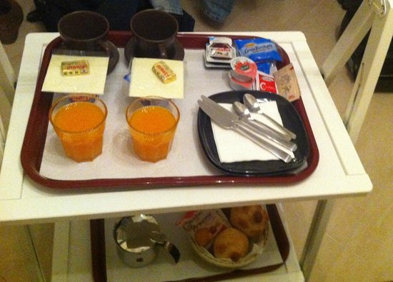 Jolie B&amp;B Roma: Desayuno en la habitacin / Breakfast in our room