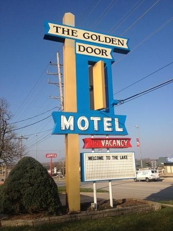‪The Golden Door Motel‬