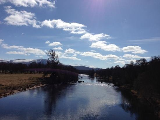 Boat of Garten, UK: The River Spey next to the hotel.