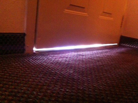 Comfort Inn Nashville/Demonbreun Street: Cracks under the door so large you can see the sunshine shinning through