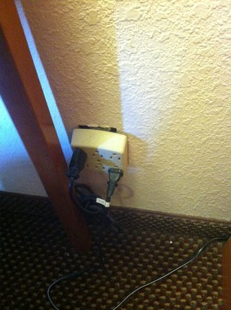Comfort Inn Nashville/Demonbreun Street: Exposed wall outlets