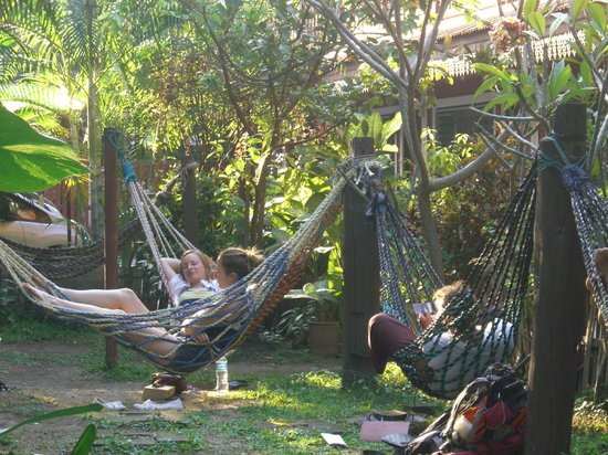Libra Guest House: relaxing in the garden area