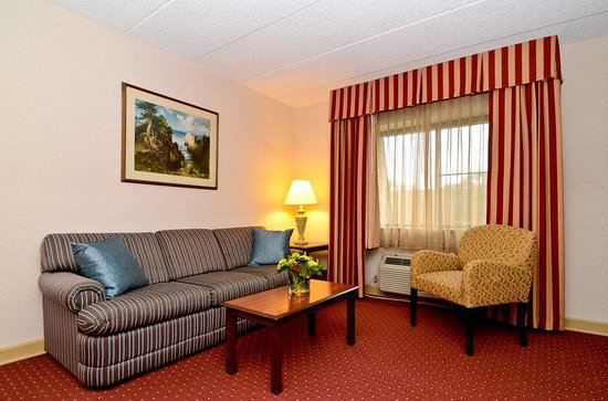 BEST WESTERN PLUS Murray Hill Inn & Suites: Executive Suite Living Area