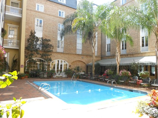 Holiday Inn New Orleans - Chateau Lemoyne: Another view of the rooms and the pool