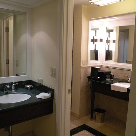 Doral Golf Resort and Spa : two-room bath with two sinks