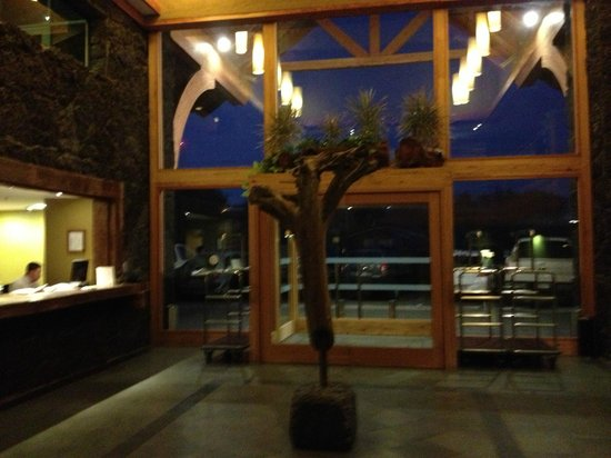 Hotel Cumbres Puerto Varas: Foyer and reception area