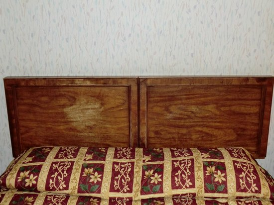 Econo Lodge Monterey Fairgrounds: Headboard - Who has been hitting that