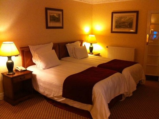Kingsmills Hotel/Kingsclub & Spa: Spacious and comfortable bedroom.