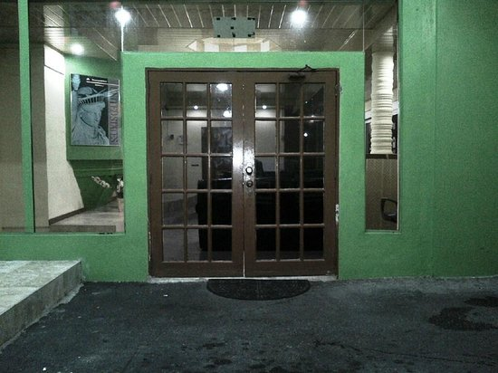 Airport Suites Hotel: Dismal Entrance