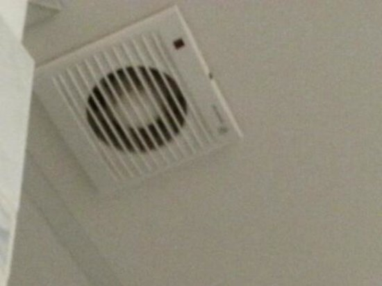 San Lio Tourist House: broken bathroom fan