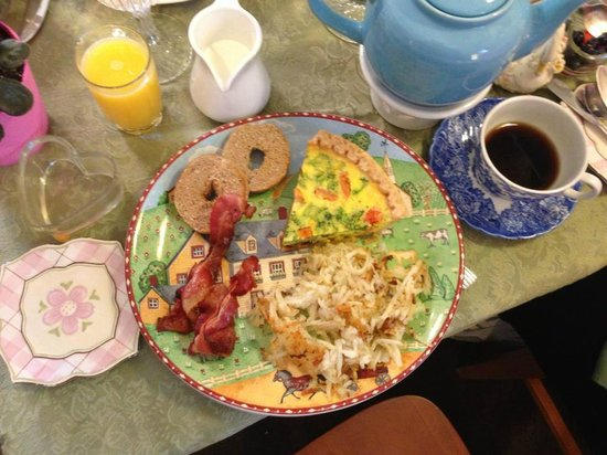 Emerald Necklace Inn: Quiche Breakfast....a great presentation and very good.