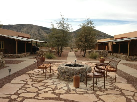 Sunglow Ranch - Arizona Guest Ranch and Resort: center patio area