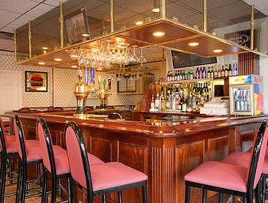 Hillsborough Days Inn: Manhattan Drive Bar and Restaurant