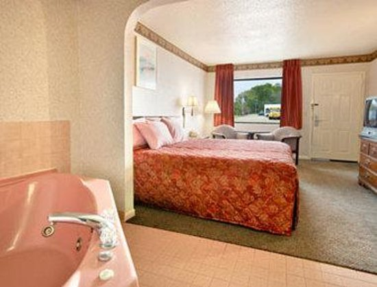 Days Inn Clinton: Jacuzzi Suite
