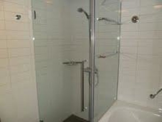 Hilton Helsinki Airport: Spacious shower