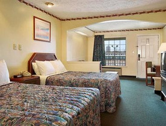 Days Inn Jackson Coliseum: Standard Two Queen Bed Room