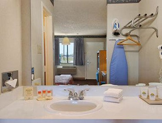 Days Inn - McKinney: Bathroom