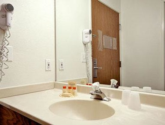 North Chicago, IL: Bathroom