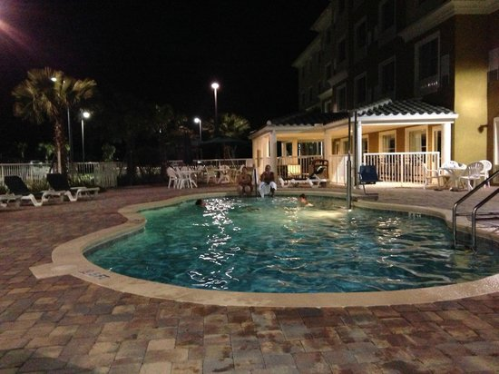 Country Inn & Suites by Carlson, Port Orange/Daytona: Pool am Abend (es gibt sogar eine Barbecue-Area im hinteren Bereich)