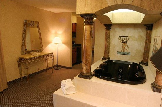 Holiday Inn Express Belleville: Egyptian themed suite w/expansive floor space.