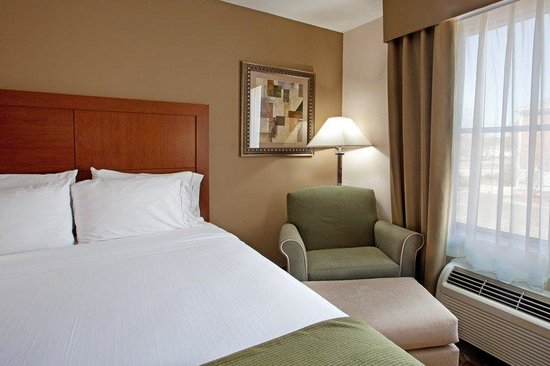 Holiday Inn Express Chapel Hill: ALL ROOMS COME WITH COMFORTABLE CHAIR AND OTTOMAN