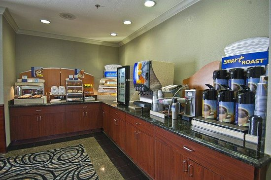 Holiday Inn Express Hotel &amp; Suites Lake Charles: Breakfast area serves hot pancakes