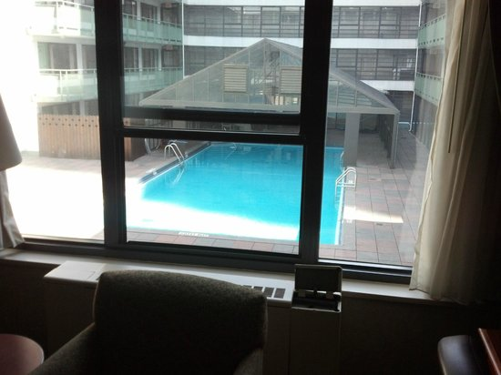 Travel Inn Hotel New York: Overlooking the pool.