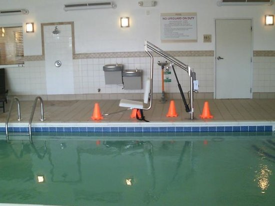 Hilton Garden Inn Riverhead: pool with handicap chair