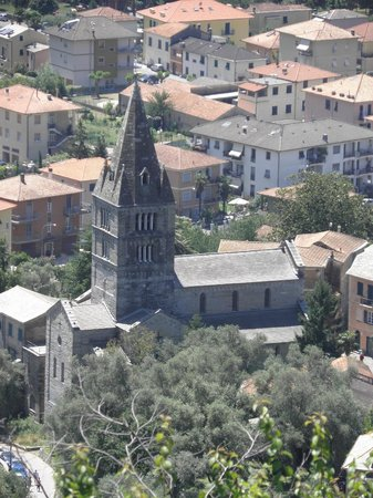 Cogorno, Italia: la vista dalla nostra terrazza della Famosa &quot;Basilica dei Fieschi &quot; del XIII secolo