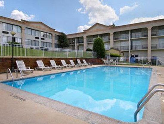 Howard Johnson Inn University Newark: Pool View
