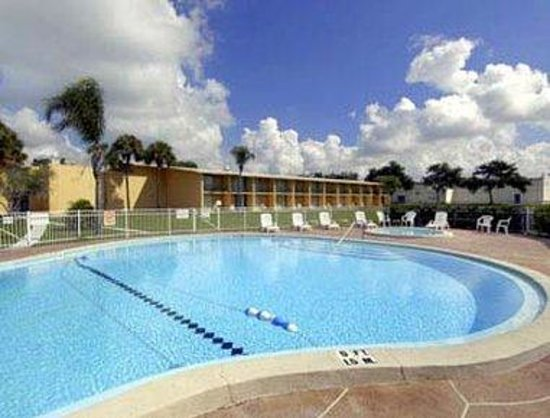 Howard Johnson Inn - Winter Haven: Pool
