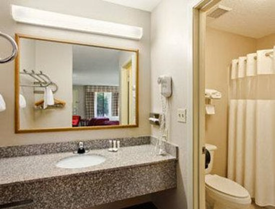 Howard Johnson Express Dothan: Bathroom