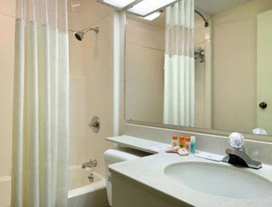 Howard Johnson Inn & Suites Springfield: Bathroom