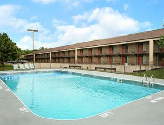 Howard Johnson Inn & Suites Springfield: Pool