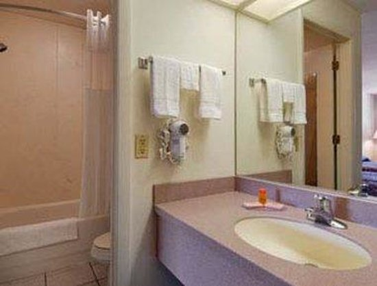 Howard Johnson Express Inn &amp; Suites - South Tampa / Airport: Restroom