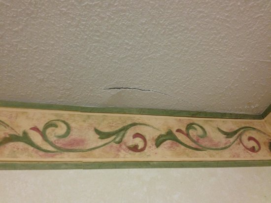 Quality Inn Historic Area: Crack in the ceiling over the entryway