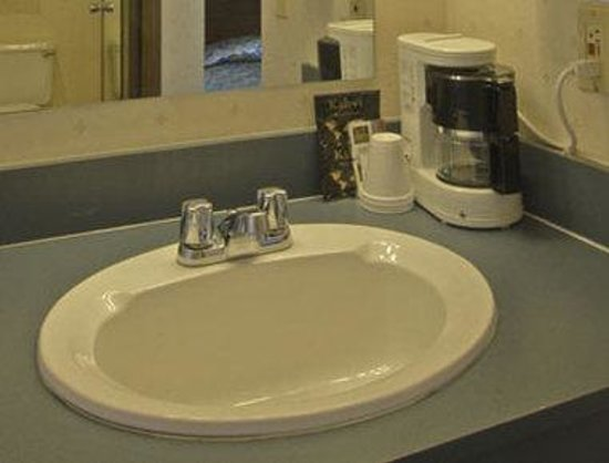 Howard Johnson Express - Redding: Bathroom