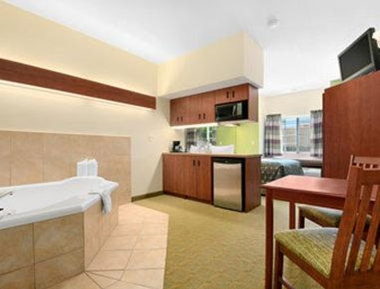 Microtel Inn & Suites by Wyndham San Antonio Airport North: Jacuzzi Suite