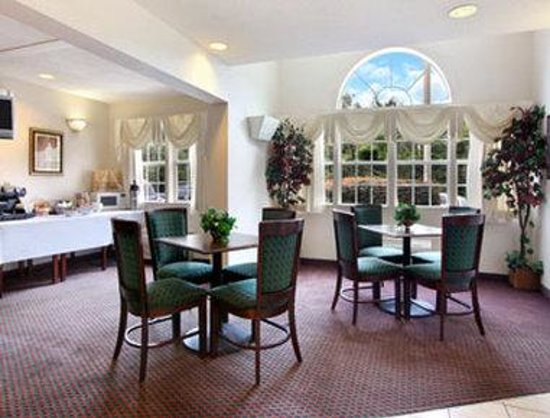 Microtel Inn &amp; Suites by Wyndham Columbia/Harbison Area : Breakfast Area 