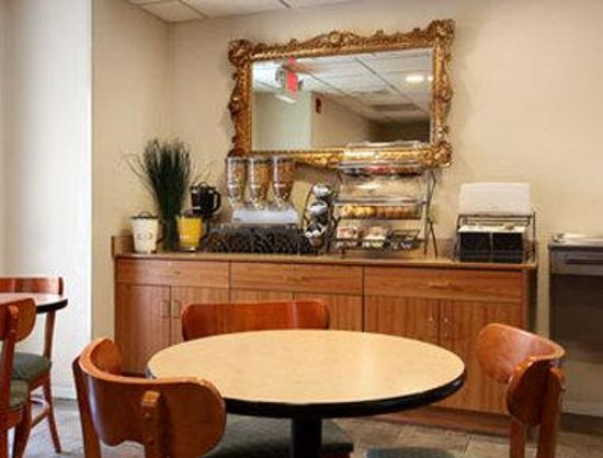 Microtel Inn & Suites by Wyndham Robbinsville: Breakfast Area